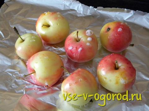 Ставим лист с яблоками на 30 минут в уже